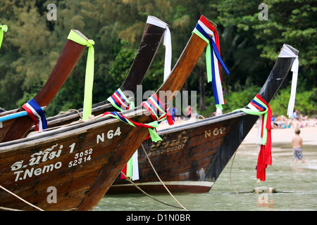 Thaï traditionnel long tail boats, West Railay Beach, Krabi, Phuket, Thailand Banque D'Images