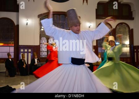 Des Derviches tourneurs soufis mâle dans une cérémonie Sema avec les musiciens et les femmes à la gare d'Istanbul Turquie