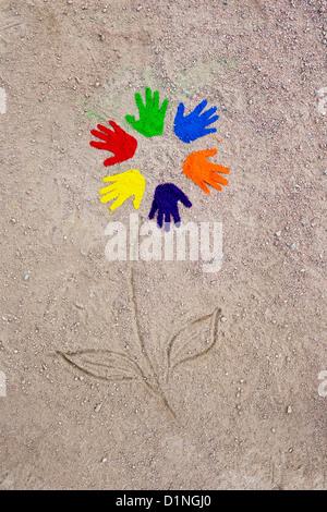 La poudre de couleur imprime sur un modèle circulaire faite en une fleur sur un chemin Banque D'Images
