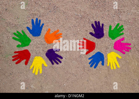 La poudre de couleur imprime sur un modèle circulaire sur un chemin Banque D'Images