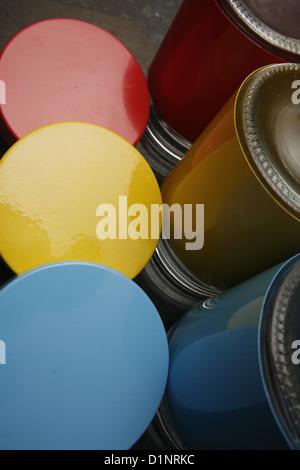 Les contenants et couvercles multicolores dans la cuisine Banque D'Images