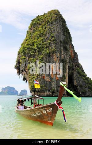 """Thaï traditionnel bateau """"long tail et limetone rock formation au Phranang Cave Beach, Railay Beach, Krabi, Phuket, Banque D'Images"""