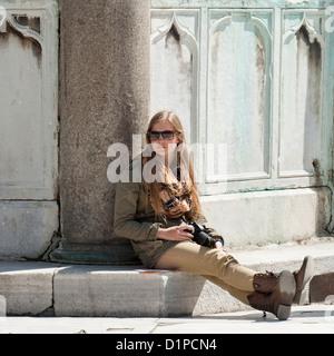Teenage girl sitting avec un appareil photo à blue mosque, Istanbul, Turquie Banque D'Images