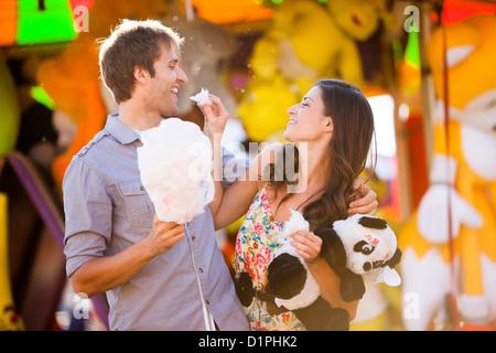 Caucasian couple partageant la barbe au carnaval Banque D'Images