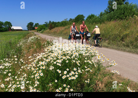 Les cyclistes sur une route de gravier à la campagne Banque D'Images