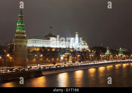 Mur du Kremlin qui entoure le Kremlin de Moscou, avec le tours caractéristiques est vue d'un pont traversant la Banque D'Images