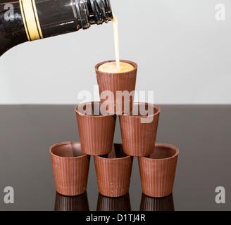 Pile de verres de chocolat en pyramide avec Irish Cream versé dans top Banque D'Images