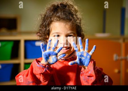 Les enfants, l'école et l'éducation, l'heureux enfant de sexe féminin ayant l'amusement et la peinture en maternelle, Banque D'Images