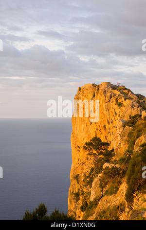 Port de Pollença, Majorque, Iles Baléares, Espagne. Luminosité de coucher de falaises de la péninsule de Formentor Banque D'Images