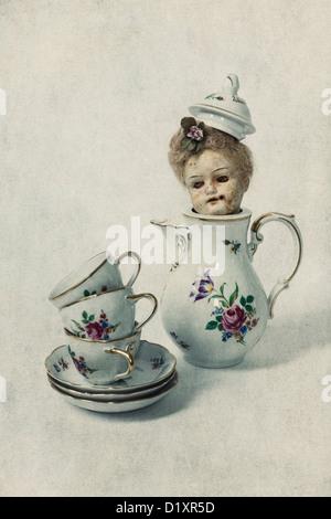 Trois tasses vintage et d'un plateau pot avec la tête d'une vieille poupée victorienne Banque D'Images