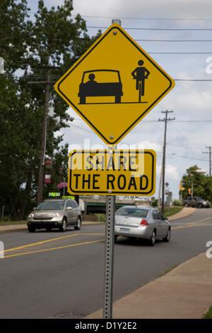 Un signe demandant poliment les cyclistes et les automobilistes ou les conducteurs de voiture à partager la route Banque D'Images