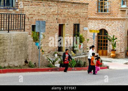 Femme et enfants de traverser une rue à Todos Santos, Baja, au Mexique Banque D'Images