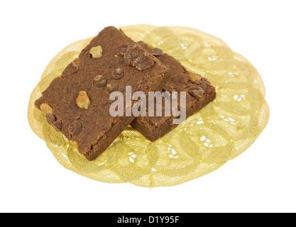 Deux brownies fondant au chocolat sur un napperon de dentelle. Banque D'Images
