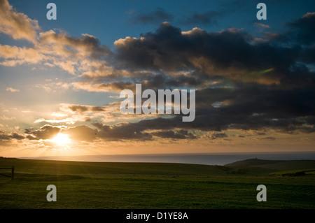Coucher du soleil sur la South Downs Way près de Beachy Head, East Sussex, UK Banque D'Images
