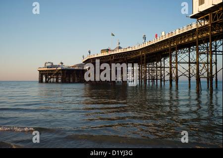 La jetée de Brighton, à marée basse, matin