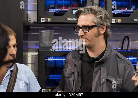 Las Vegas, États-Unis - 2013-01-08. Bre Pettis, cofondateur et PDG de MakerBot Industries, parlant avec ces participants Banque D'Images
