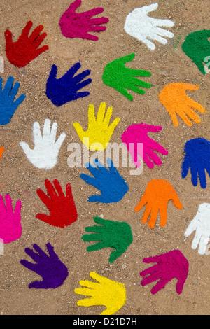Poudre de couleur imprime la main dans une spirale circulaire sur un chemin Banque D'Images