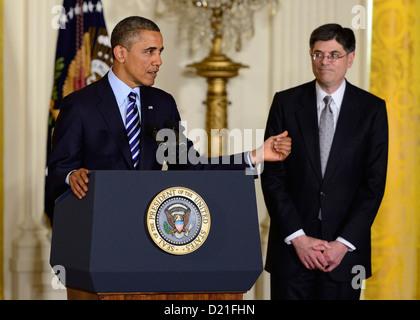 Le président des États-Unis, Barack Obama, de gauche, des gestes en direction de Chef de Cabinet de la Maison Blanche Banque D'Images