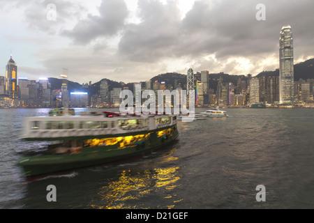 Skyline de l'île de Hong Kong et Star Ferry dans la soirée, l'île de Hong Kong, Hong Kong, Chine, Asie Banque D'Images