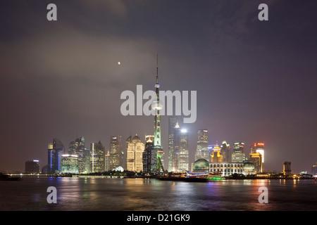 L'horizon de Pudong à la rivière Huangpu dans la nuit, Shanghai, Chine, Asie Banque D'Images