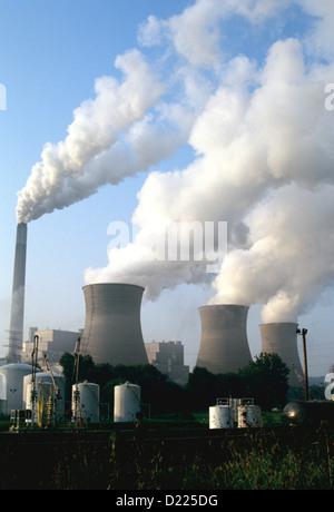 La fumée s'élève de tours de centrale électrique dans la West Virginia Banque D'Images