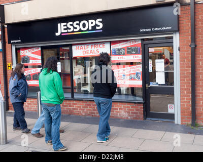 Middlesbrough, Royaume-Uni. 12 janvier 2013. Les personnes à la recherche de la fenêtre de Jessops shop à Newport Banque D'Images
