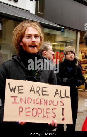 """Oxford, UK. 13 Jan, 2013. Un supporter est titulaire d'une plaque à l'appui de la 'Idle No More"""" des actions de Banque D'Images"""