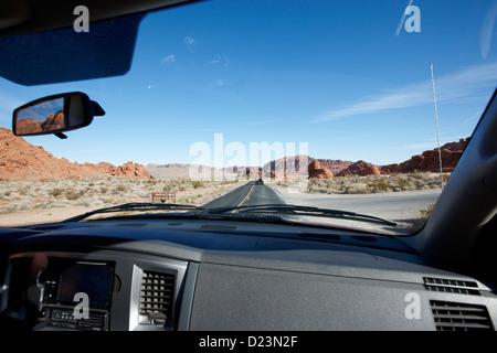 En voiture près de entrée de vallée de feu park vallée de feu l'autoroute nevada usa Banque D'Images