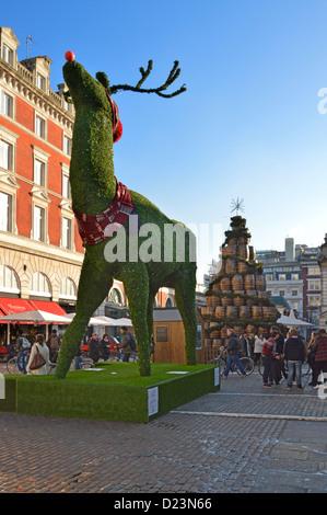 Covent Garden Piazza et de taille géante de renne de Noël London England UK
