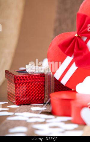Une belle boîte rouge sur un fond macro artistique studio shot Banque D'Images