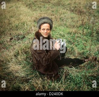(Afp) - L'acteur allemand Klaus Kinski est assis dans l'herbe, tenant un appareil photo, 2 septembre 1969. Un 'enfant terrible' de l'industrie du cinéma, ses films: 'Aguirre, der Zorn Gottes' ('Aguirre, la colère de Dieu') et 'Nosferatu: Phantom der Nacht' ('Nosferatu le Vampire'). Kinski est né le 18 octobre 1926 à Zoppot/Danzig, Allemagne (maintenant/Sopot Gdansk, Pologne) sous le nom de Nikolaus Guenther Nakszynski et mort le 23 novembre 1991 à Lagunitas, en Californie, d'une crise cardiaque.