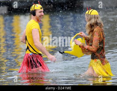 Personnes baignoire dans l'Orankesee, Berlin, Allemagne, 12 janvier 2013. Echelle d'hiver traditionnelles recueillies Banque D'Images