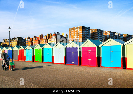Cabines colorées et des bâtiments le long de la promenade de front de Hove, Brighton & Hove, East Sussex, UK Banque D'Images