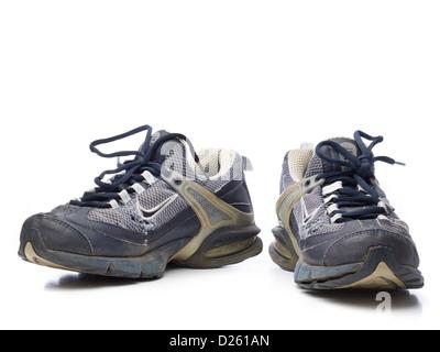 ... Une paire de vieilles chaussures de course Nike bleu isolé sur fond  blanc Banque D  060b7f95c