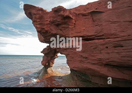 Darnley, le Canada, l'arche de roche rougeâtre sur la plage de Darnley Banque D'Images