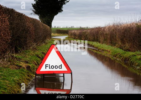 Panneau d'avertissement d'inondation sur une route de campagne montrant mauvaises conditions de circulation Banque D'Images