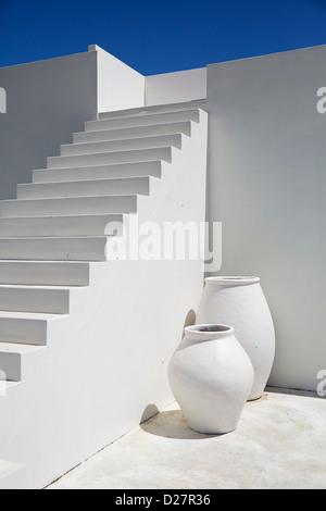 Escalier en pierre blanche avec des murs et des vases against a blue sky Banque D'Images