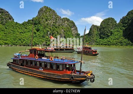 La baie d'Halong, Vietnam - bateaux d'ordure Banque D'Images