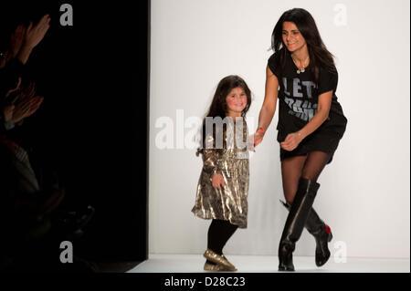 Designerin Leyla Piedayesh et sa fille Lou présente une création lors de la LALA BERLIN montrer lors de la Mercedes Banque D'Images