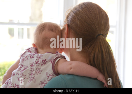 Mère et bébé à la fenêtre de Banque D'Images