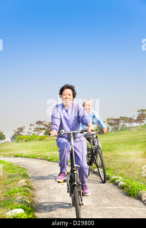 Asian seniors couple walking in the park Banque D'Images