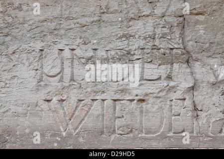 Fragment de la paroi intérieure de l'ancienne cathédrale catholique. Il y a des mots et des lettres gravées sur Banque D'Images