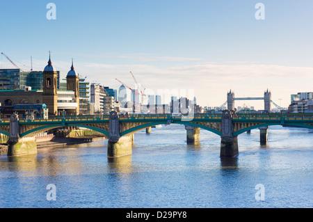 Southwark Bridge sur la Tamise, Londres, Angleterre, Royaume-Uni - avec le Tower Bridge en arrière-plan Banque D'Images