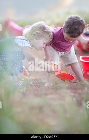 Les tout-petits à jouer ensemble sur le chemin de terre Banque D'Images