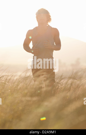 Man Standing in tall grass Banque D'Images