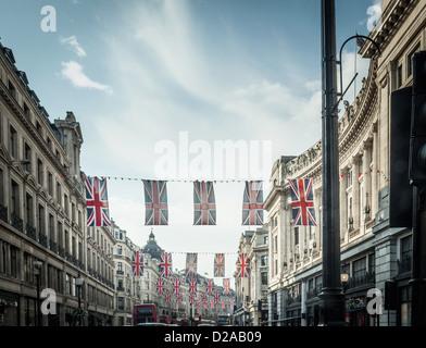 Drapeaux britanniques qui pèsent sur city street Banque D'Images