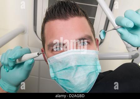 Photo du dentiste, comme vu du point de vue du patient, allongé dans le fauteuil Banque D'Images