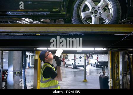 Apprenti travaillant dans l'usine de voiture Banque D'Images