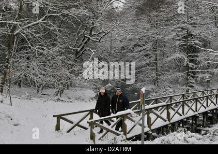 Snow - Reading, Berkshire. United Kingdom. 08.08.2011 Deux personnes prennent un 'Winter Wonderland de marche à Banque D'Images