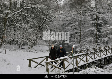 Snow - Reading, Berkshire. United Kingdom. 08.08.2011 Deux personnes prennent un 'Winter Wonderland de marche à Banque D'Images